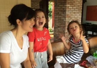 Giải trí - Facebook sao Việt: Hồng Nhung hào hứng vào bếp cùng cặp song sinh