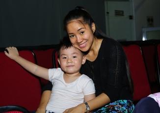 Giải trí - Fan thích thú với clip con trai Lê Phương vừa hát vừa chăm sóc mẹ
