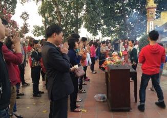 Du xuân Trấn Quốc bắt gặp thiếu nữ diện váy ngắn lên chùa