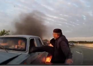 Ô tô sắp phát nổ, cụ ông dũng cảm phá cửa cứu sống nhóm người trên xe