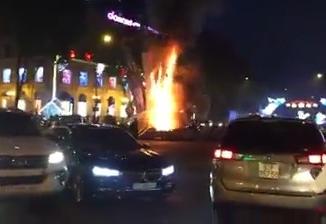 Cháy đèn trang trí Tết ở TP.HCM, người đi đường hốt hoảng bỏ chạy