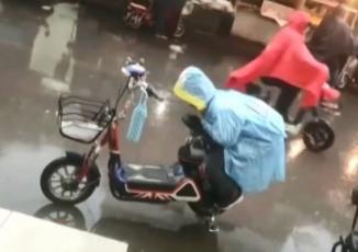 Bé trai lấy thân mình che cho yên xe mẹ khỏi ướt dưới mưa khiến cộng đồng mạng hết lời tán dương