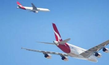 Cảnh tượng cực hiếm gặp: 2 máy bay gặp nhau trên cùng một đường bay