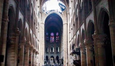 Clip hé lộ hình ảnh đầu tiên về vụ cháy Nhà thờ Đức Bà Paris