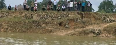 Người đàn ông mất tích bí ẩn, quần áo và dép để bên sông
