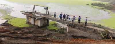Gãy trục phai xả tràn, nước hồ thải nhà máy tuyển quặng tràn vào nhà dân