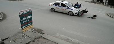 Tin TNGT mới nhất ngày 16/3/2018: Hai mẹ con bị ô tô hất tung lên nắp capô