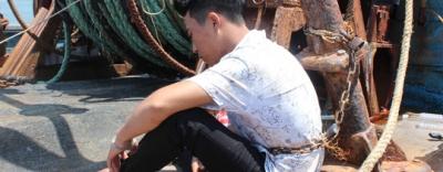 Giải cứu 4 thuyền viên bị chủ tàu trói bằng xích sắt gây phẫn nộ