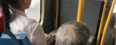 Bức ảnh cô gái không nhường ghế xe bus cho cụ ông gây tranh cãi trên MXH