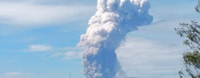 Núi lửa bất ngờ phun trào cột khói 4.000m tại nơi xảy ra thảm họa động đất, sóng thần ở Indonesia