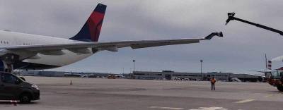 Hai máy bay đâm nhau tại sân bay Paris