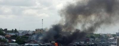 Hàng loạt căn nhà ven chợ nổi cháy dữ dội, huy động tàu chữa cháy