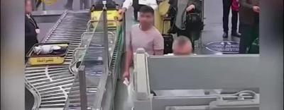 Clip: Khoảnh khắc tên trộm lấy cắp 9.000 USD trong tích tắc ở cửa an ninh sân bay