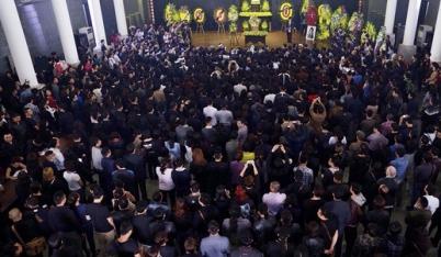 'Đường tới ngày vinh quang' vang lên, cả nhà tang lễ rơi nước mắt tiễn biệt Trần Lập