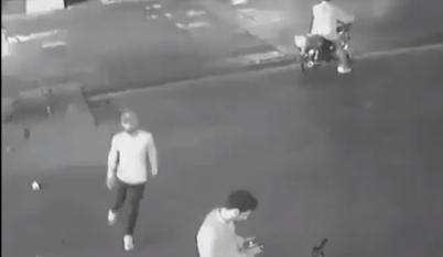 Giật điện thoại còn quay lại dọa dẫm, tên cướp bị anh Tây chọc quê