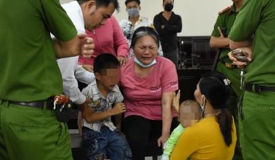 Nghẹn lòng phiên tòa tuyên án tội mua bán người: Cậu bé 5 tuổi khóc lạc giọng, đuổi theo mẹ bị áp giải đi