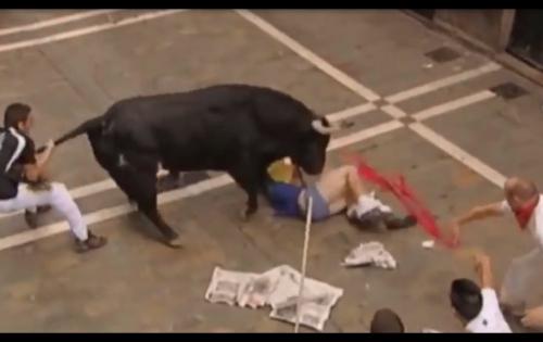 Kinh hoàng khoảnh khắc bò tót hung hăng tấn công người trong đấu trường ở Mexico