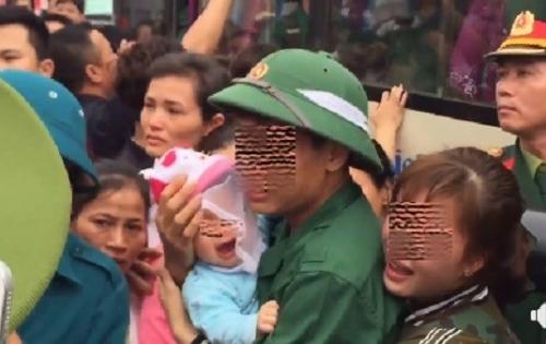 Vợ trẻ bế con thơ khóc nức nở tiễn chồng tòng quân nhập ngũ