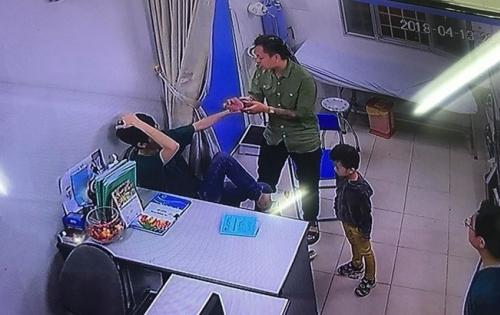 Clip người nhà bệnh nhân đấm liên tiếp vào mặt bác sĩ BV Xanh Pôn