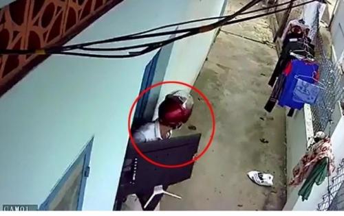 Clip nam thanh niên cạy cửa phòng trọ trộm tivi trước thềm World Cup