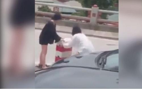 Hai cô gái liều lĩnh dừng ô tô