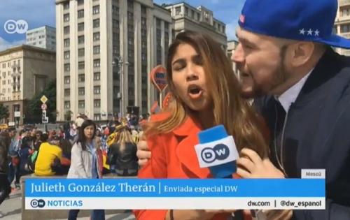 Nữ phóng viên xinh đẹp bị sàm sỡ ngay trong lúc dẫn trực tiếp bản tin World Cup