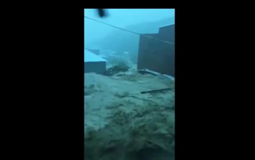 Video: Nước lũ cuồn cuộn chảy như