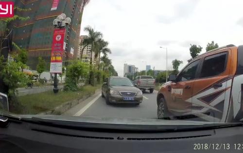 Ô tô biển xanh đi ngược chiều bị xe đi đúng chiều ép lùi hàng trăm mét