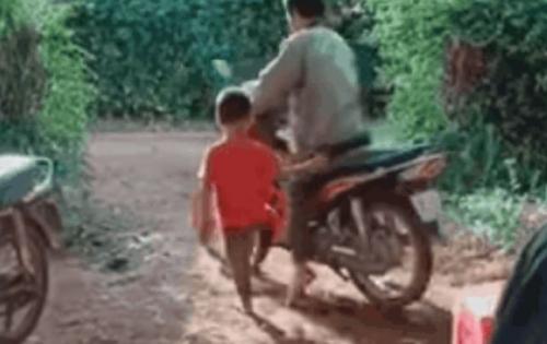 """Ông bố lao thẳng vào bụi rậm vì màn đạp số """"khó đỡ"""" nhất năm của cậu con trai"""
