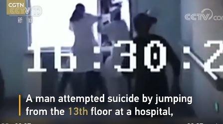 Khoảnh khắc nữ y tá cứu sống người đàn ông tự tử bằng một tay