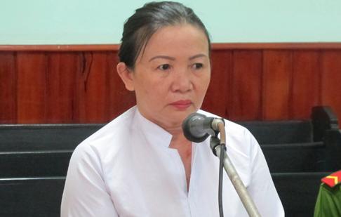 Một phụ nữ trùm quần lên đầu chánh án