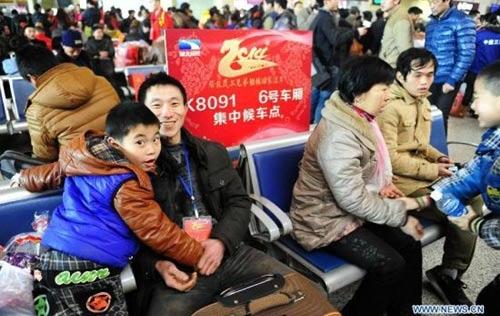 Trung Quốc: Dịch vụ 'độc' chuyển phát trẻ em về ăn tết