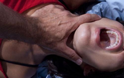 Cưỡng dâm tập thể vợ đồng nghiệp để trả thù