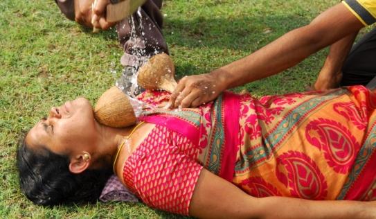 Kinh hãi màn trình diễn chém dừa trên cổ vợ