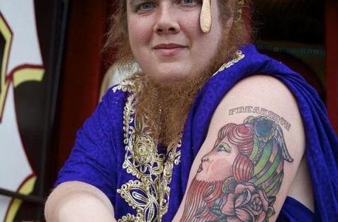 Choáng với người phụ nữ có bộ râu dài gần 30 cm