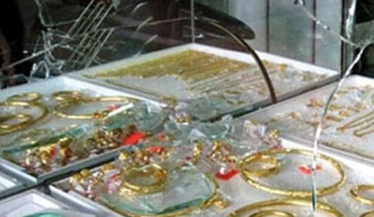 Vác dao vào tiệm vàng, đập vỡ tủ để cướp giữa ban ngày