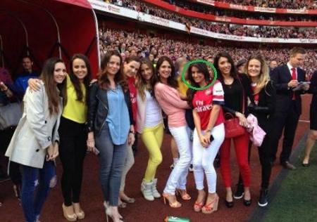 Cầu thủ 'xấu trai nhất thế giới' khoe vợ xinh lấn át dàn WAGs Arsenal