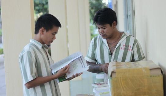 Tặng sách cho phạm nhân trại giam Xuyên Mộc