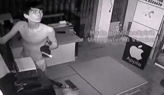 Tên trộm đu dây chui vào cửa hàng khoắng sạch điện thoại