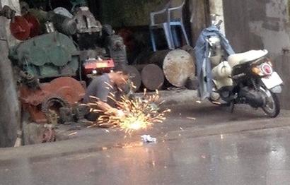 Hãi hùng với con phố phun lửa dọa người ở Hà Nội