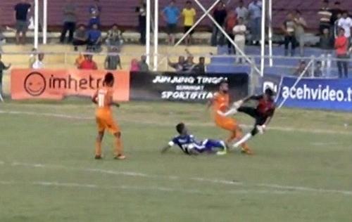 Vụ cầu thủ Indonesia chết: Thủ môn khóc xin lỗi