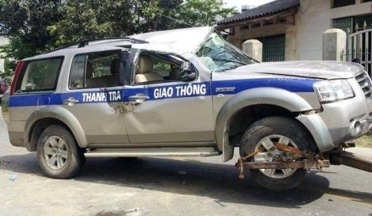 Xe chở 3 thanh tra giao thông đâm vào nắp cống, lật ngửa