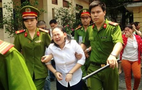 Bảo mẫu đánh chết trẻ khóc nức nở nhận bản án 18 năm tù