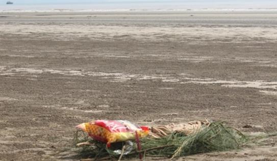 Phát hiện thi thể trẻ em tím tái dạt vào bờ biển Nghệ An