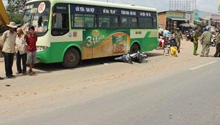 Tai nạn thảm khốc, con trai ôm mẹ gào khóc giữa đường