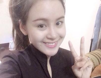 Bà Tưng 'ăn theo' Angela Phương Trinh đeo khẩu trang đi siêu thị