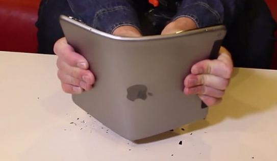 iPad Air 2 không dễ bị bẻ cong như iPhone 6