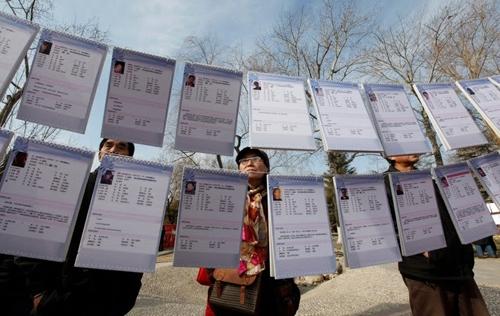 Trung Quốc: Cha mẹ già ra công viên treo bảng tìm chồng cho con