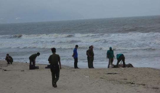 Phát hiện xác chết nam giới trôi dạt trên bờ biển