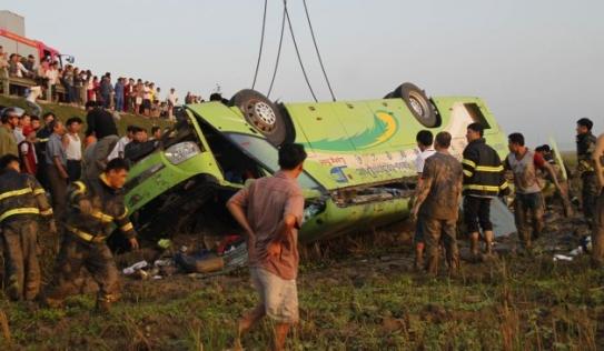 Xe khách 'ngã ngửa', 1 người chết, 19 bị thương
